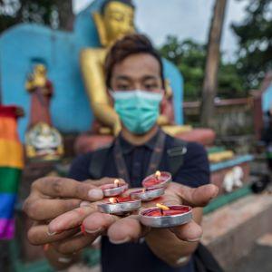 Nepalilaiset transsukupuoliset järjestivät koronaviruksen uhrien muistolle kynttilävigilian Kathmandussa tiistaina.