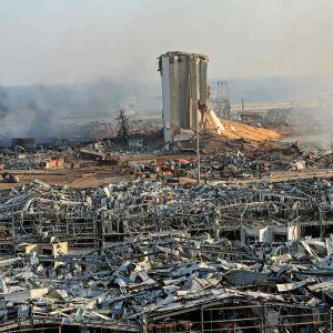 Tuhoutunut siilo ja sen ympäristöä räjähdyksen jälkeen.
