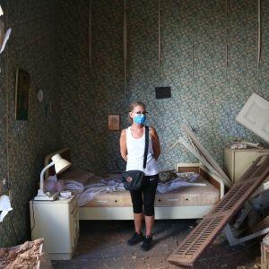 Mirna Mezher Helo seisoi vanhempiensa tuhoutuneessa kodissa Beirutissa räjähdystä seuranneena päivänä.
