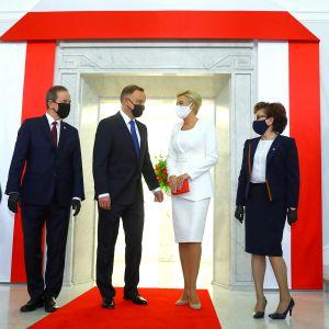 Andrzej Duda osallistuu virkaanastujaisiin yhdessä vaimonsa Agata Konrhauser-Dudan kanssa.