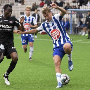 HJK:n Eetu Vertainen (oik.) ja FC Lahden Henritse Eninful