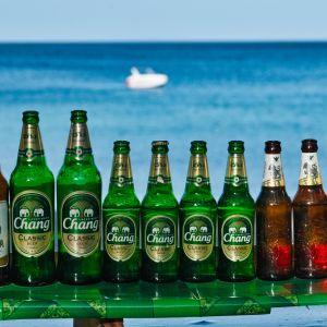Tyhjiä olutpulloja juomakojun tiskillä Thaimaan Phuketissa.