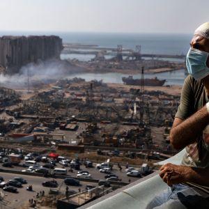 Libanonilainen tv-tuottaja Tony Ahwaji istuu vaurioituneella parvekkeellaan Beirutissa 6. elokuuta 2020.