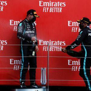 Lewis Hamilton ruiskuttaa shampanjaa Valtteri Bottaksen päälle Silverstonen kilpailun jälkeen.