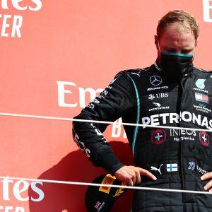 Valtteri Bottas seisoo palkintokorokkeella pää painoksissa. Paalupaikalta lähteneelle suomalaiselle kolmossija oli pettymys.