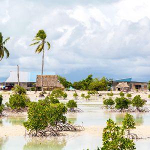 Kylä Tarawan atollilla Kiribatissa.