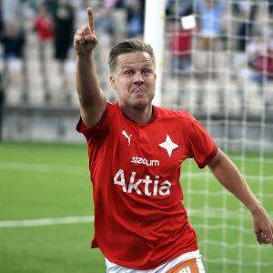 HIFK:n Jani Bäckman juhlii tehtyään 2-0 -maalin