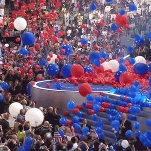Ilmapalloja satelee lavalle demokraattien puoluekokouksessa.