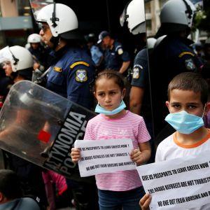 Kaikenikäiset syyrialaiset ja irakilaiset turvapaikanhakijat vastustivat mielenosoituksessa Kreikan hallituksen koventunutta pakolaislinjaa toukokuussa.