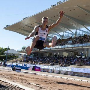 Kristian Pulli liiteli SM-kultaa tuloksella 783. Pullin kesäkuussa hyppäämä Suomen ennätys on 827.