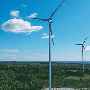 Kolme tuulivoimalaa.
