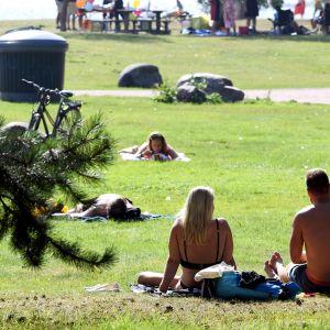 Ihmisiä nauttimassa aurinkoisesta säästä Helsingissä 15. elokuuta