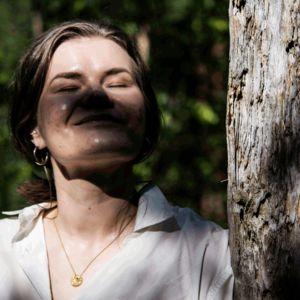 Gif-animaatiossa Eeva Kolu avaa ja sulkee silmänsä metsässä.