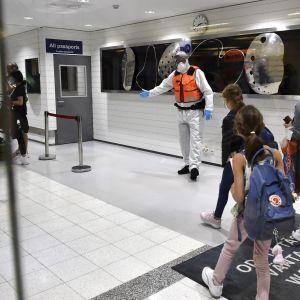 Suomeen Pohjois-Makedonian Skopjesta saapuvia matkustajia Turun lentoasemalla.