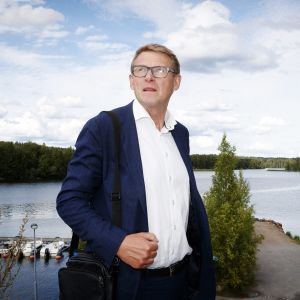 Kuvassa on Matti Vanhanen.