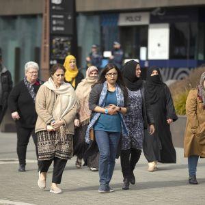 Christchurchin terrori-iskun uhrien omaisia saapumassa oikeudenistuntoon.