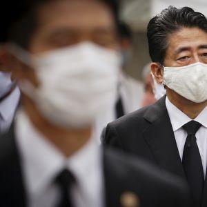 Kuvassa on Shinzo Abe.