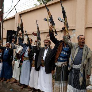 Huthikapinallisten tukijat nostavat aseensa ilmaan kokoontumisessa kerätäkseen lisää taistelijoita Saudi-Arabian tukemia hallituksen joukkoja vastaan. Arkistokuva.