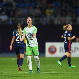 Erotuomari näyttää Wolfsburgin Alexandra Poppille punaista korttia vuoden 2018 Mestarien liigan finaalissa.