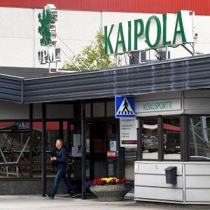 etsäyhtiö UPM:n Kaipolan paperitehtaan keskusportti Jämsässä.