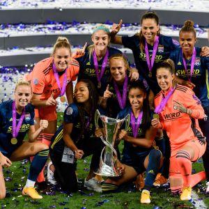 Olympique Lyonnais'n pelaajia juhlimassa Mestarien liigan voittoa.