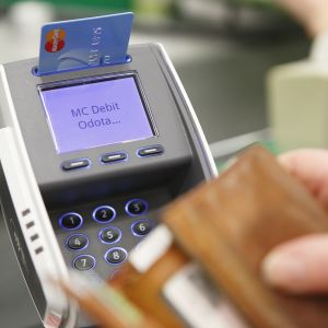 maksua kassalla kortilla