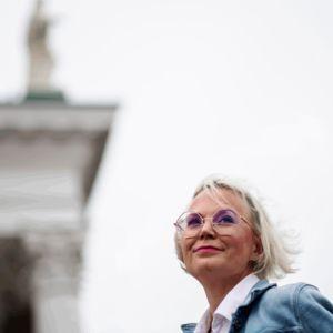 Kuvassa on tutkija Hanna Wass Helsingin Senaatintorilla syyskuussa 2020.