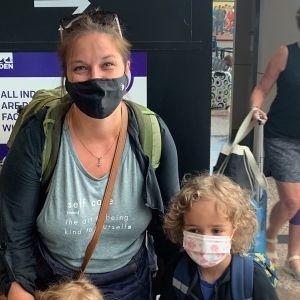 Emma Winiecki ja lapset lentokentällä