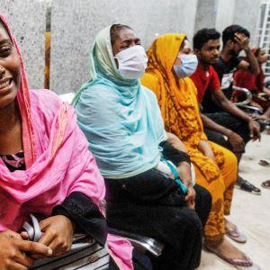 Kaasuräjähdyksen uhrien omaiset odottivat tietoja ja surivat uhreja sairaalassa Dhakassa myöhään perjantaina.