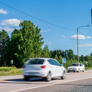Henkilöauto ohittaa nopeusvalvontakameran.