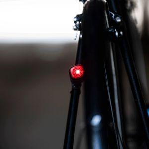 Gif-animaatiossa pyörän punainen takavalo vilkkuu.