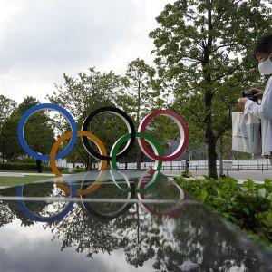 Kuvassa on olympiarenkaat Tokiossa.