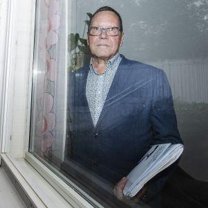 Kiinteistönvälittäjä Markku Rautanen esitteli espoolaista paritaloa syyskuun 2020 alussa.