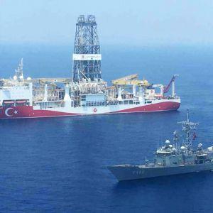 Turkin laivaston alus öljymporausaluksen rinnalla Kyproksen vesillä.