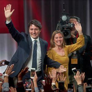 Pääministeri Justin Trudea vaimonsa Sophie Gregoire Trudeaun kanssa Montrealissa vaalivoiton jälkeen. Lokakuu 2019.