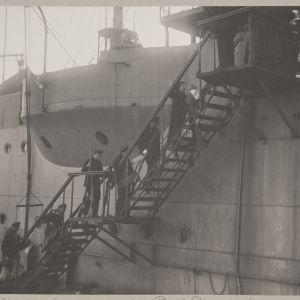 Venäläiset merisotilaat nousemassa laivaan Helsingissä 1918.