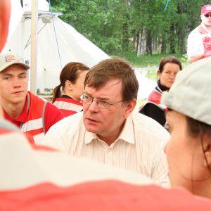 SPR:n kansainvälisen avun johtaja Kalle Löövi pelastusharjoituksessa Uudellamaalla vuonna 2008.