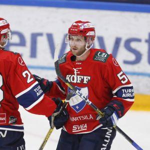 Rony Ahonen ja Sebastian Dyk juhlivat maalia jääkiekon liigajoukkueiden 3v3 Super Series -sarjan ottelussa HIFK vs TPS Tampereella.