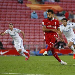 Liverpoolin Mohamed Salah sijoittaa pilkulta voittomaalin Leedsin verkkoon.