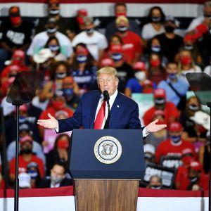 Kuvassa on Trump.