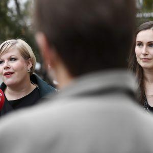 Pääministeri Sanna Marin (oik.) ja tiede- ja kulttuuriministeri Annika Saarikko saapuivat hallituksen talousarvioneuvotteluiden kolmannen päivän istuntoon.