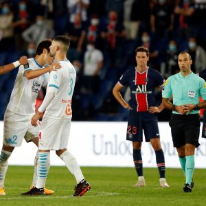 PSG:n Neymarin käsi Marseillen Alvaro Gonzalezin olkapäällä.