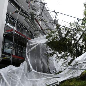 Kovan tuulen voimasta romahtaneet rakennustelineet parvekeremonttityömaalla Espoossa 17. syyskuuta 2020.