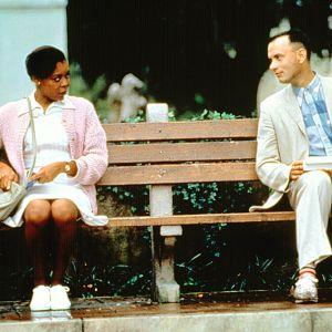 Tom Hanks ja Rebecca Williams istuvat penkillä.