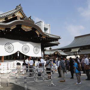 Vierailijat jonottavat Yasukunin pyhäkön edustalla Tokiossa.