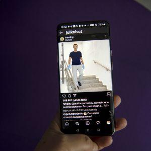 Aleksein Navalnyin jakama kuva kännykän näytöllä.