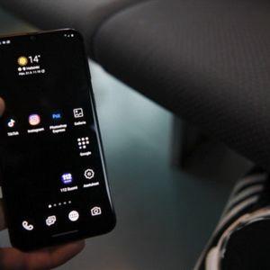 Gif-animaatiossa Tiktok-sovellus avautuu älypuhelimen ruudulla vuonna 2020.