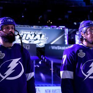 Tampa Bayn Zach Bogosian ja Ryan McDonagh kuvassa