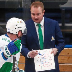 Tomi Lämsä antaa ohjeita KHL:ssä