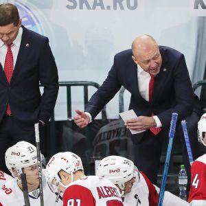 Lokomotiv Jaroslavlin päävalmentaja Andrei Skabelka antaa käskyjä pelaajilleen.